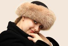 Frau ist in einer Pelzschutzkappe Lizenzfreies Stockfoto
