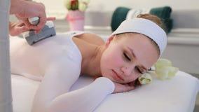 Frau ist im Prozess am Klinik lipomassage Lpg-Massage in der Schönheitsmitte stock video footage