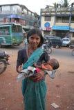 Frau ist mit einem Baby Lizenzfreie Stockbilder