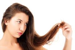 Frau ist nicht mit ihrem zerbrechlichen Haar glücklich Lizenzfreie Stockfotos