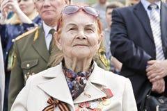 Frau ist russischer Veteran auf Feier am Paradejahrbuch Vic Stockfotografie