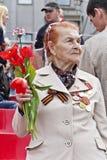 Frau ist russischer Veteran auf Feier am Paradejahrbuch Vic Lizenzfreie Stockbilder