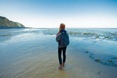 Frau ist Trekking auf dem Strand lizenzfreie stockfotos