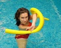 Frau ist Wasser mit Aquanudeln stockfoto