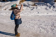 Frau 50 Jahre alt, ein Foto mit Mobile in den Bergen machend Lizenzfreie Stockbilder