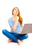 Frau 25 Jahre alte Gedanke mit Computer Stockfoto