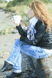 Frau 60 Jahre alte Kaffeevertikale Lizenzfreie Stockfotografie