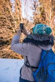 Frau 50 Jahre alte nehmende Foto in den Bergen im Winter, Alma Stockfoto