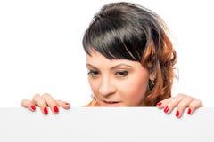Frau 25 Jahre, ein leeres Plakat halten Lizenzfreie Stockfotos