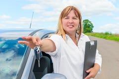 Frau 50 Jahre, mit den Schlüsseln zu einem Neuwagen Stockbilder