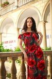 Frau junger Dame im langen Kleid in der europ?ischen alten Stadt genie?t sonnigen Tag stockfoto