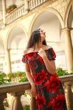 Frau junger Dame im langen Kleid in der europ?ischen alten Stadt genie?t sonnigen Tag lizenzfreies stockbild