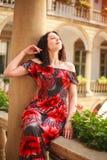 Frau junger Dame im langen Kleid in der europ?ischen alten Stadt genie?t sonnigen Tag stockbild