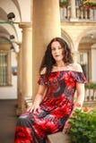 Frau junger Dame im langen Kleid in der europ?ischen alten Stadt genie?t sonnigen Tag lizenzfreie stockbilder
