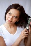 Frau kämmen ihr Haar stockfotos