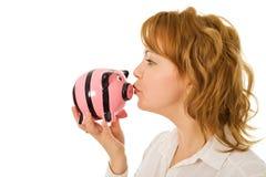 Frau küssende Piggquerneigung Lizenzfreie Stockfotografie