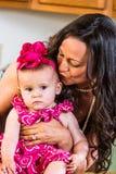Frau küsst Baby stockfotografie