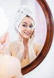 Frau kam von der Dusche und von der Stellung nahe bei dem Spiegel Lizenzfreie Stockfotografie