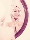 Frau kam von der Dusche und von der Stellung nahe bei dem Spiegel Lizenzfreies Stockbild