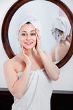 Frau kam von der Dusche und von der Stellung nahe bei dem Spiegel Stockbild