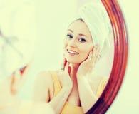 Frau kam von der Dusche und von der Stellung nahe bei dem Spiegel Lizenzfreies Stockfoto