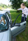 Frau kann nicht, Auto fahrend Lizenzfreie Stockfotos