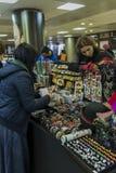 Frau kaufendes martisoare, zum des Anfanges des Frühlinges auf Marc zu feiern Stockfotografie