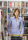 Frau kauft in einer Buchhandlung Lizenzfreies Stockbild