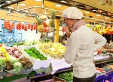 Frau kauft frische Obst und Gemüse im Markt Stockbild