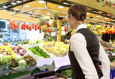 Frau kauft frische Obst und Gemüse im Markt Stockfotografie