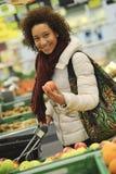 Frau kauft Frucht und Lebensmittel im Supermarkt lizenzfreie stockfotografie