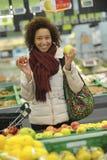 Frau kauft Frucht und Lebensmittel im Supermarkt stockbild