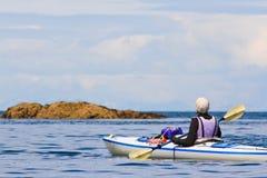 Frau Kayaking Alaska lizenzfreie stockbilder
