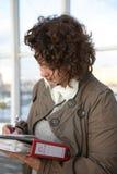 Frau kennzeichnet Dokumente Lizenzfreies Stockbild