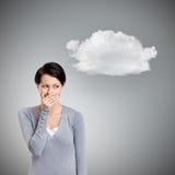 Frau kichert Bedeckung ihr Mund Stockfoto