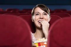 Frau am Kino Stockfotografie