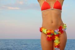 Frau kleidete in den Badeanzugstandplätzen auf Strand an Stockfoto