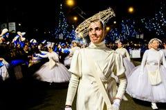 Frau kleidete im weißen Kostüm während der Offenbarungsparade an stockfoto