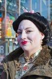 Frau kleidete an und malte oben als japanische Geisha Stockfotografie