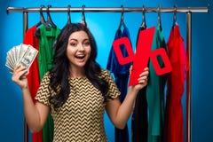 Frau am Kleidungs-Gestell mit Kleidern Lizenzfreies Stockfoto