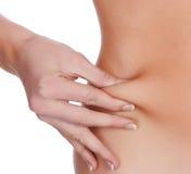 Frau klemmt Fett auf dem Bauch lizenzfreie stockfotografie