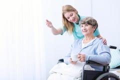 Frau kümmern sich um Patienten Stockfotos