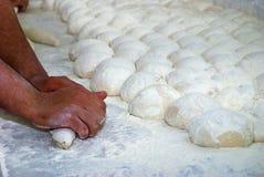 Frau kneten Brot Stockbild