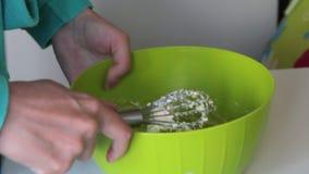 Frau knetet Teig f?r die Herstellung von Eibischsandwichen Bestandteile und Werkzeuge f?r L?ge auf dem Tisch machen stock video footage
