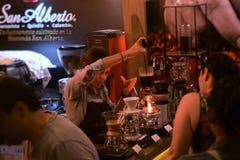 Frau in Kolumbien, das Kaffee zubereitet lizenzfreie stockfotos