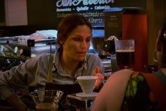 Frau in Kolumbien, das Kaffee zubereitet stockfotos