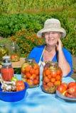 Frau konserviert Gemüse Stockbilder
