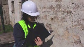 Frau kontrollieren die alte Wand stock video
