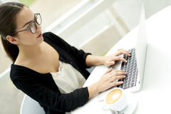 Frau konzentrierte sich auf Laptop Stockfoto