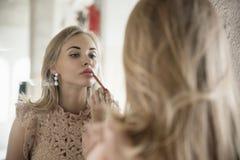 Frau korrigiert Make-up Stockbilder
